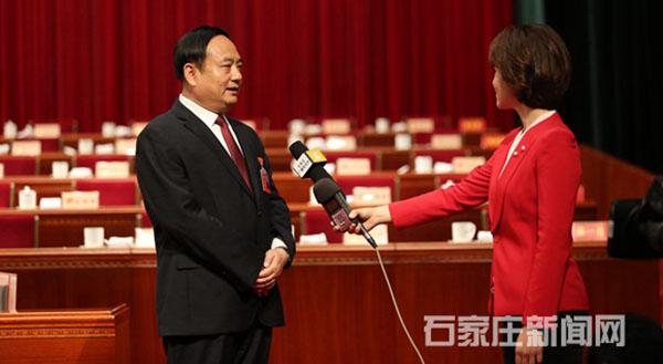 闭幕式后,市长邓沛然接受记者专访